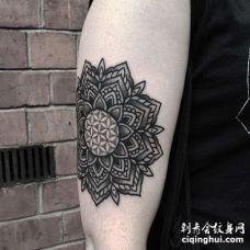 几何大臂繁花纹身图案