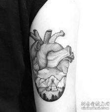 线条大臂心脏纹身图案