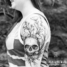 线条大臂骷髅花卉纹身图案