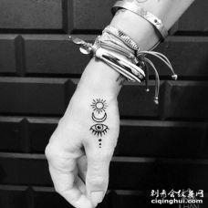 小清新手背太阳月亮眼睛纹身图案