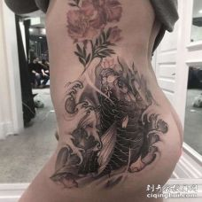 新传统侧腰鲤鱼纹身图案