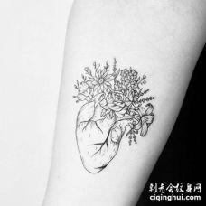 点刺线条大臂心脏花卉纹身图案
