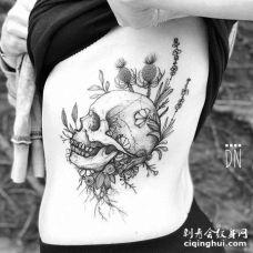 线条侧腰骷髅花卉纹身图案