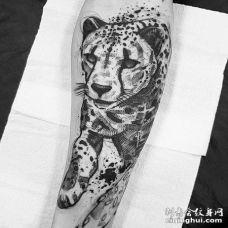点线小臂豹子纹身图案