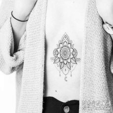 点线几何腹部花卉纹身图案
