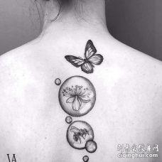 点刺后背蝴蝶蜜蜂花卉纹身图案
