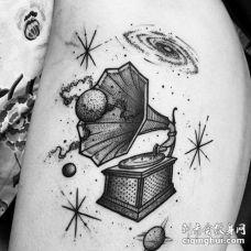 点刺线条小臂留声机星球纹身图案