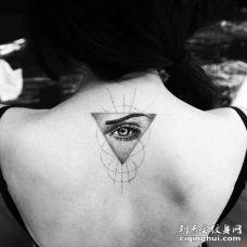 点刺写实后颈眼睛纹身图案