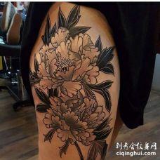 新传统大腿牡丹纹身图案