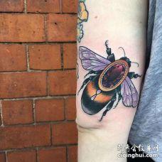 New School大臂蜜蜂宝石纹身图案