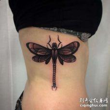 New School侧腰蜻蜓纹身图案