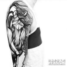 点线大臂马纹身图案