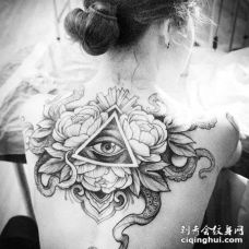 点刺后背花卉眼睛章鱼纹身图案