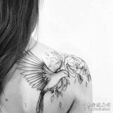 点线后肩鸟花卉纹身图案