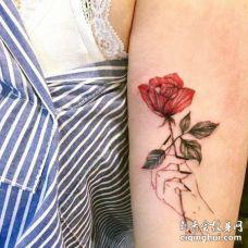 小清新大臂玫瑰手纹身图案