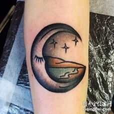 Old School小臂月亮纹身图案
