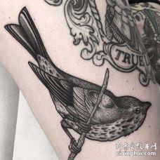 New School大腿鸟纹身图案