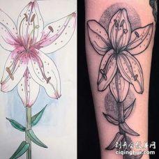 大臂花卉纹身图案