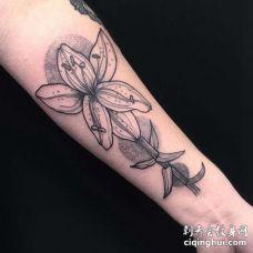 点刺小臂花卉纹身图案