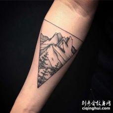 点刺小臂山纹身图案
