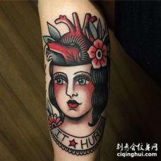 Old School大臂女人心脏纹身图案