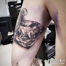 写实大臂钻石纹身图案