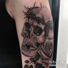 写实大臂骷髅玫瑰纹身图案