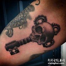 写实大臂骷髅钥匙纹身图案