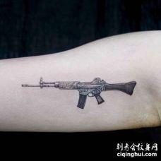写实大臂枪纹身图案