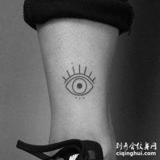 线条小腿眼睛纹身图案