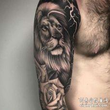 写实大臂狮子玫瑰纹身图案