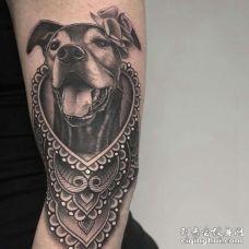 写实大臂狗纹身图案