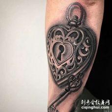 写实小臂心锁钥匙纹身图案