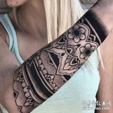 小臂花卉臂环纹身图案