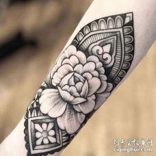 点线小臂牡丹纹身图案