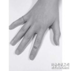 小清新手指星球纹身图案