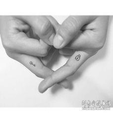 小清新指缝钥匙锁纹身图案
