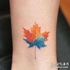 水彩脚踝枫叶纹身图案