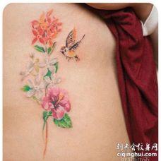 水彩侧腰花卉鸟纹身图案