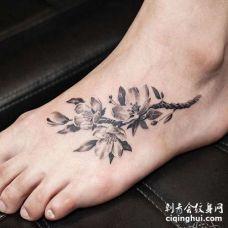 脚背桃花纹身图案