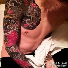 日式胳膊前胸龙纹身图案