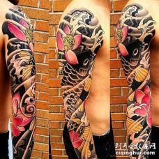日式胳膊荷花鲤鱼纹身图案