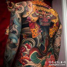 日式后背蛇面具纹身图案
