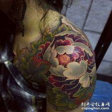 新传统大臂牡丹纹身图案