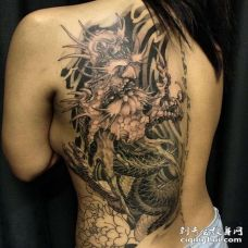 新传统后背龙纹身图案