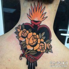 颈部花环心脏纹身图案