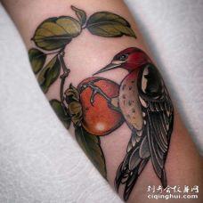 小臂内侧写实西红柿与鸟
