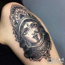 大臂外侧黑灰女神像