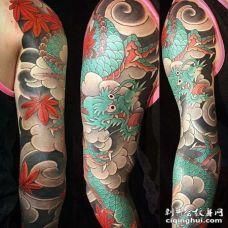 手臂包围日式传统龙