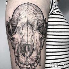 线条大臂骷髅纹身图案